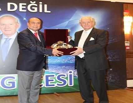Türkiye Spor Yazarları Derneği (TSYD) Yönetim Kurulu, FIFA İcra Kurulu Üyesi ve UEFA Şeref Üyesi Şenes Erzik için Vefa Gecesi düzenledi.